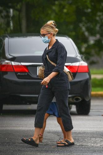 Фото №2 - Черный комбинезон + самые модные сандалии 2021 года: практичный образ Скарлетт Йоханссон