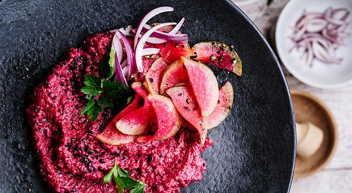 Свекольный дзадзики и пудинг «Черная ягода»: рецепты красных блюд
