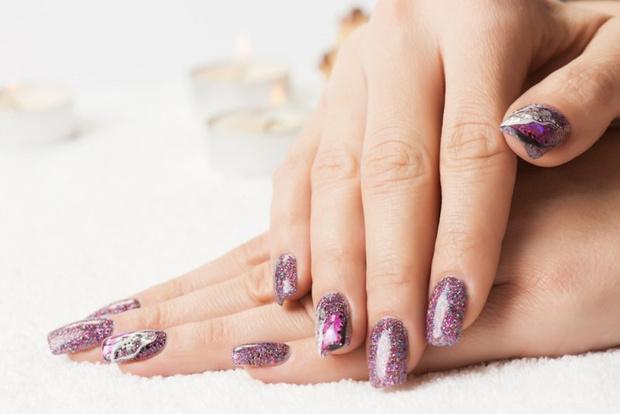 Как нанести блестки при наращивании ногтей
