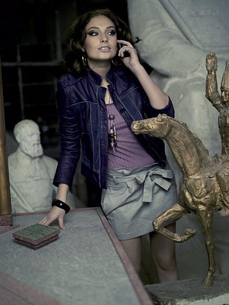 Кожаная куртка, AnnaRita N, 20 930 руб.; топ, H&M; юбка из хлопка, TopShop, 1799 руб.; колье, Pilgrim, 4690 руб.; браслет,Selena, 350 руб.; серьги, Selena, 250 руб.