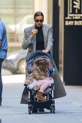 Фото №2 - По улицам Нью-Йорка как по подиуму: Ирина Шейк на прогулке с дочкой