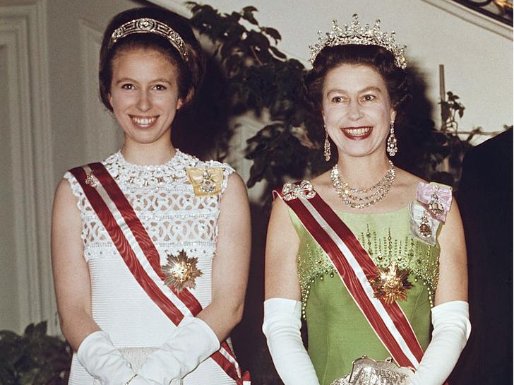 Фото №1 - Нарушая протокол: почему принцесса Анна могла носить тиару до свадьбы (а другие королевские особы— нет)