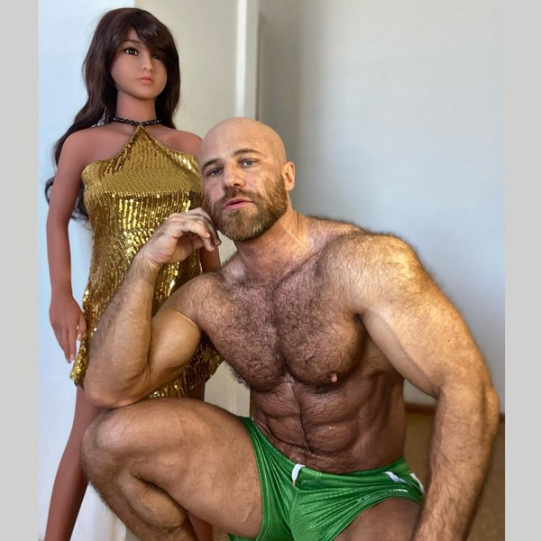 Фото №3 - Женатый на кукле бодибилдер теперь хочет отношений с живыми женщинами