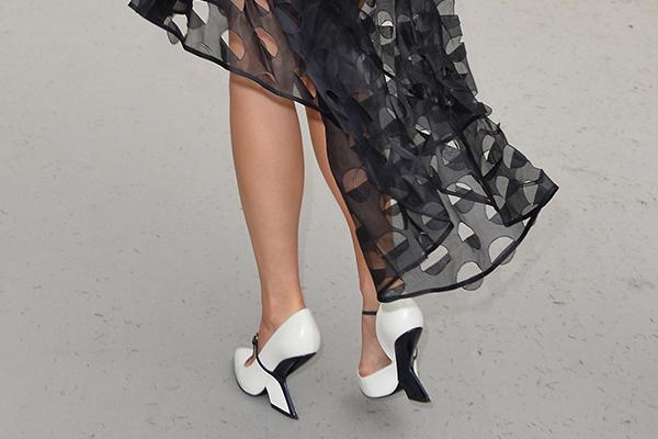 Фото №2 - Стиль звезд: Эмма Уотсон надела необычные туфли