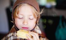 Летняя выпечка: пирожки с помидорами и сыром на сковороде
