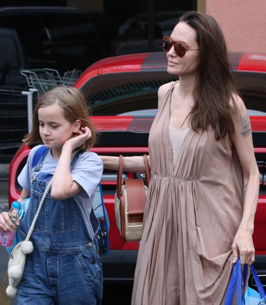 Фото №1 - Джоли показала руки худее, чем у ее 10-летней дочки