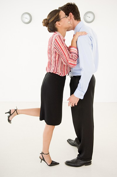 Фото №2 - «С утра полчаса на поцелуи с коллегами»: правила пикантного французского этикета