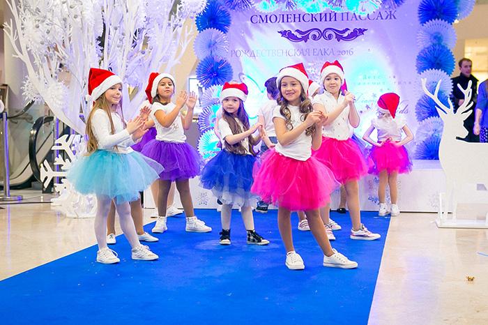 Фото №1 - Звездные семьи на Рождественской ёлке в Смоленском Пассаже