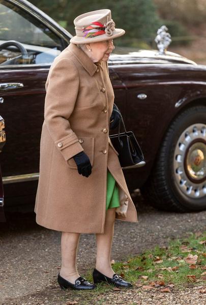 Фото №1 - Елизавета II приехала зимой в церковь без колготок