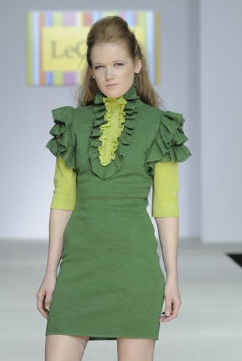 Трикотажное платье с рукавами-воланами.