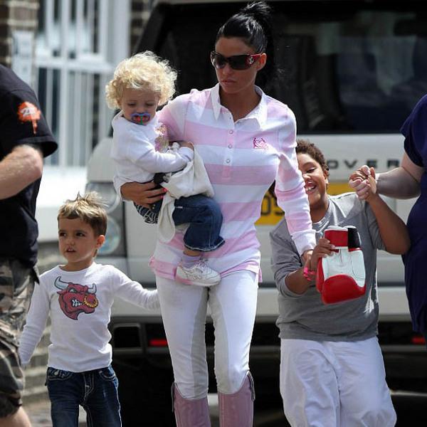 Кейти Прайс со своими детьми