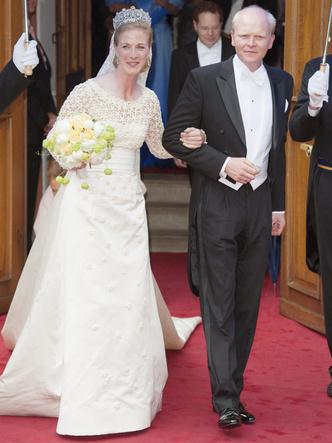 Фото №27 - Платья-близнецы: 15 слишком похожих свадебных нарядов королевских особ