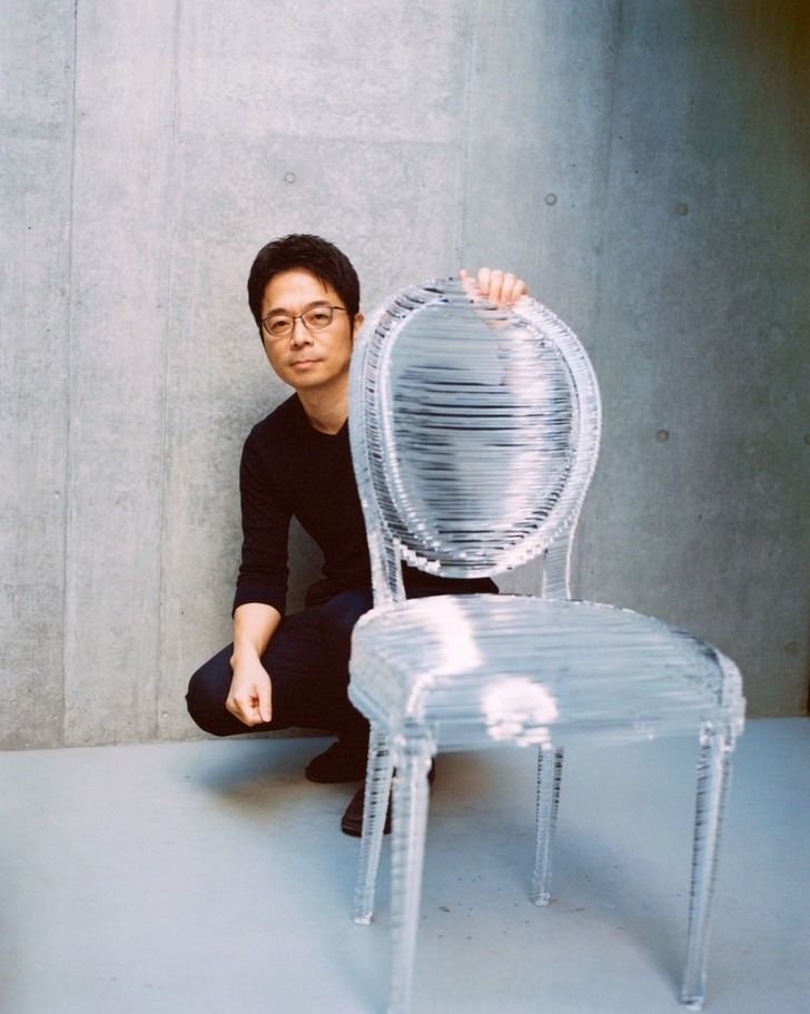 Фото №5 - 17 художников и дизайнеров переосмыслили знаменитый стул-медальон Dior