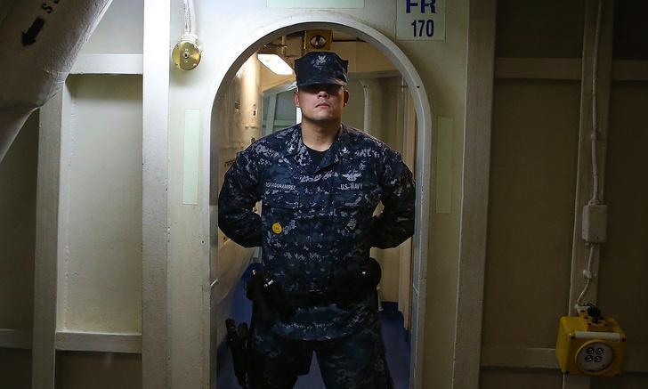 Фото №1 - Морпех показал, как заблокировать дверь ремнем (видео прилагается)