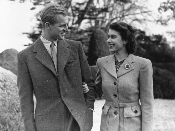 Фото №1 - История одного фото: как Королева и принц Филипп отмечали 10-ю годовщину свадьбы