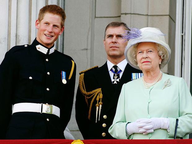 Фото №5 - Недостойное поведение: почему из-за Гарри и Эндрю никто не смог надеть военную форму на похороны принца Филиппа