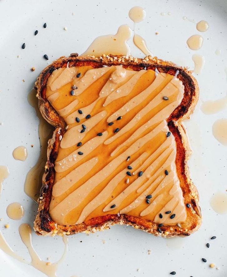 Фото №5 - Фуд-тренд: самые красивые тосты инстаграма— с арахисовой пастой и кленовым сиропом
