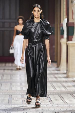 Фото №16 - Полный гид по самым модным платьям для весны и лета 2021