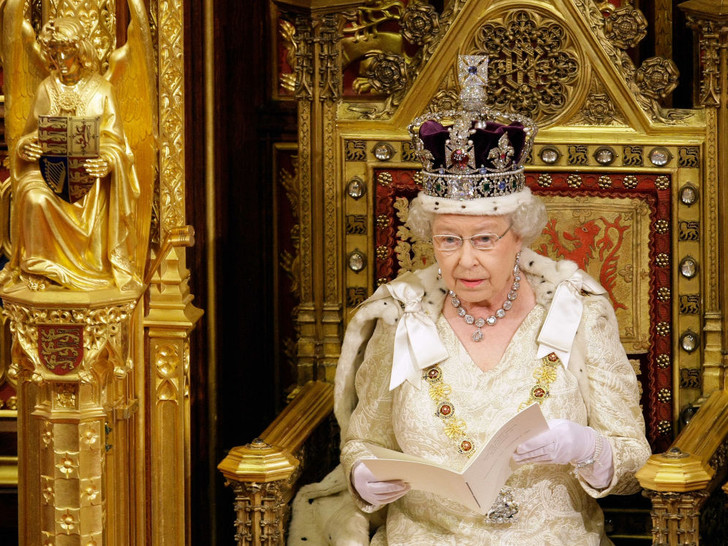 Фото №2 - 4 важных обязанности Королевы, о которых вы не знали