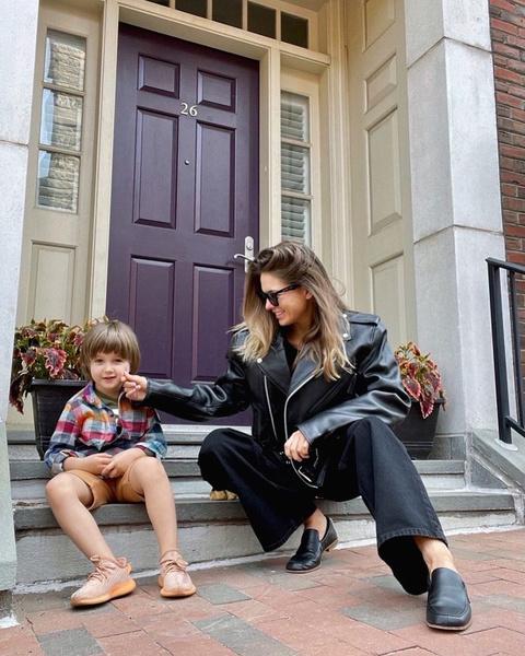 Фото №3 - Появился первый кадр со съемок американской «Иронии судьбы» с Эммой Робертс и Мэделин Петш