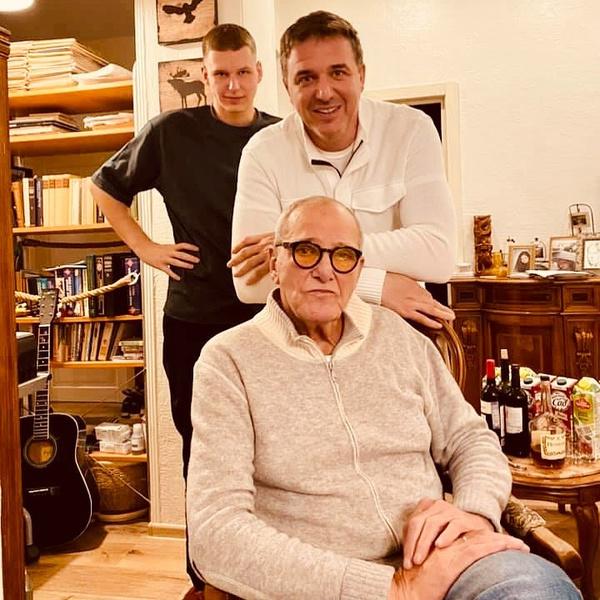 Фото №2 - «Династия»: Максим Виторган опубликовал семейное фото с отцом