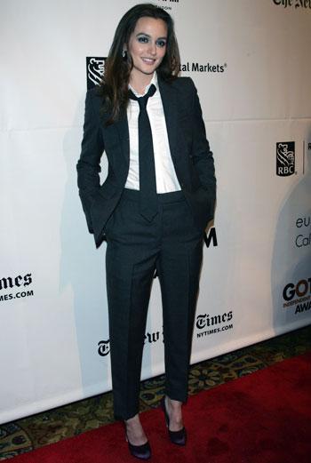Появившись на одной из нью-йоркских церемоний в строгом костюме с галстуком и фиолетовых туфлях, актриса привлекла внимание всех гостей вечера и вновь подтвердила статус новой иконы стиля.