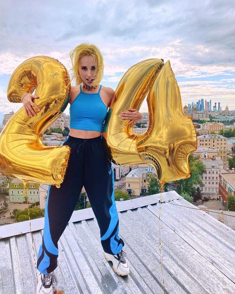 Фото №1 - 5 способов носить спортивные штаны как Клава Кока