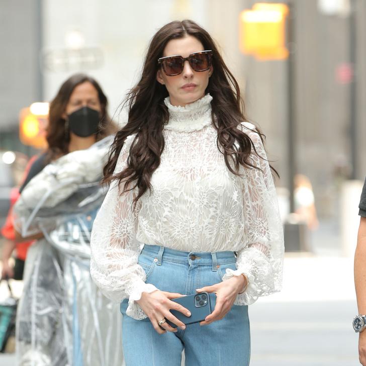 Фото №2 - Джинсы клеш + блуза с гофрированным воротником: неожиданное, но эффектное сочетание показывает Энн Хэтэуэй