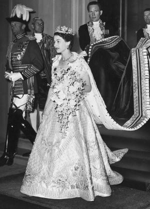 Фото №9 - От свадебных платьев до роскошных мехов: какие образы Виндзоров повторили в сериале «Корона»