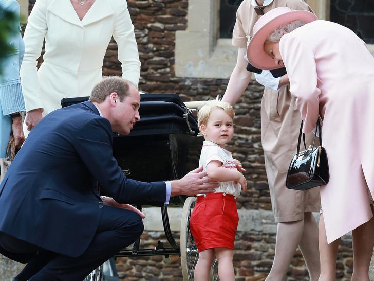 Фото №1 - Любимая бабушка: почему у Елизаветы лучше выходит общаться с детьми Кембриджей, чем у Камиллы
