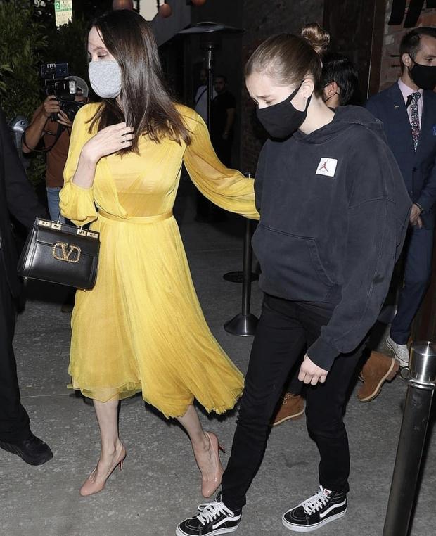 Фото №1 - Неожиданно: желтое летящее платье, в котором Анджелина Джоли отпраздновала день рождения