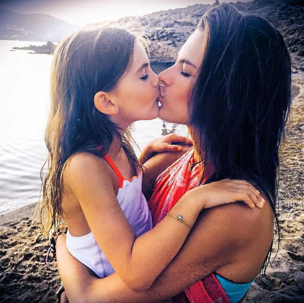 Алессандра Амбросио с дочерью
