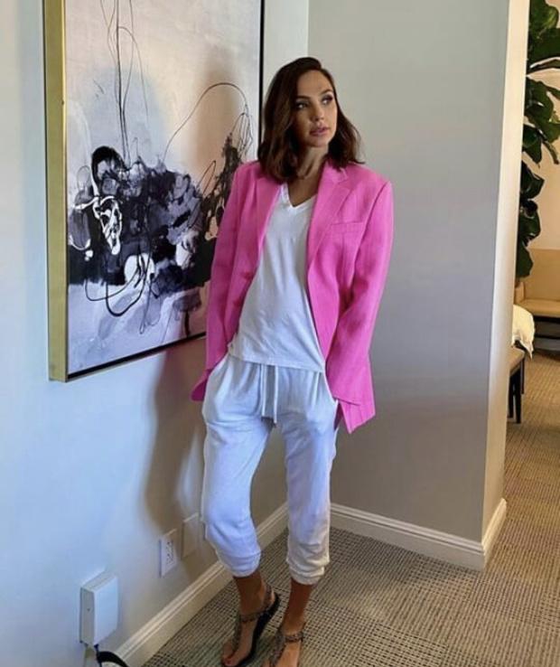 Фото №2 - Чудо-пиджак для Чудо-женщины: Галь Гадот в розовом Jacquemus