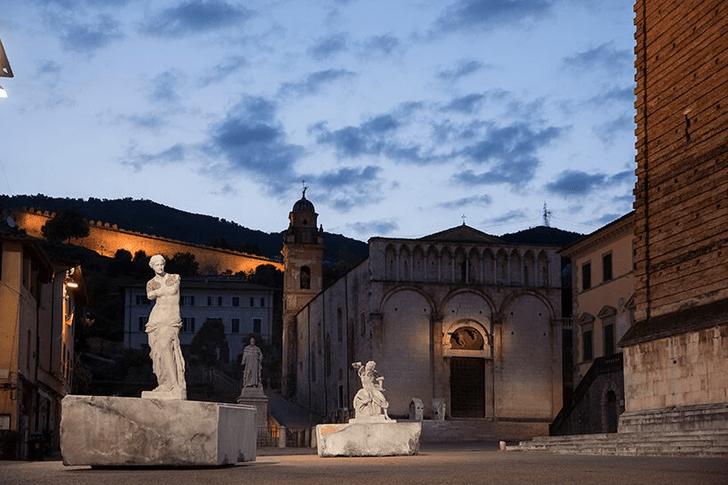Фото №2 - Скульптуры с татуировками на уличной выставке в Тоскане