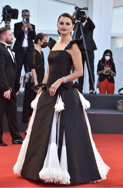 Фото №1 - 7 самых красивых звездных мам на красной дорожке Венецианского кинофестиваля-2021
