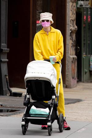 Фото №4 - Джиджи Хадид на прогулку с дочкой оделась так, что впору пугать детей