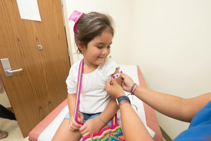 ВОЗ разрешила прививать детей от коронавируса