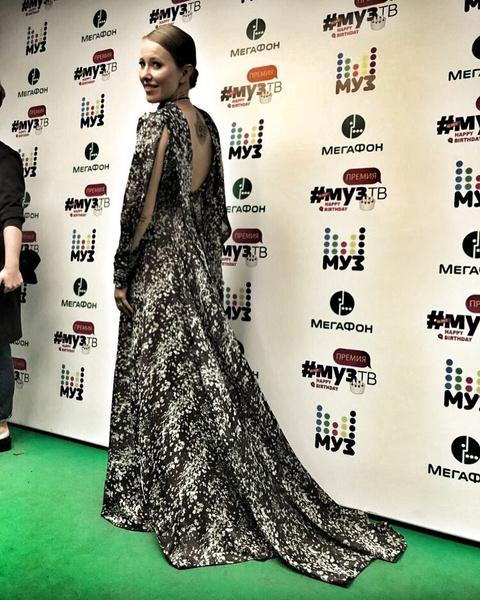 Фото №3 - За время Премии МУЗ-ТВ Собчак сменила 6 платьев