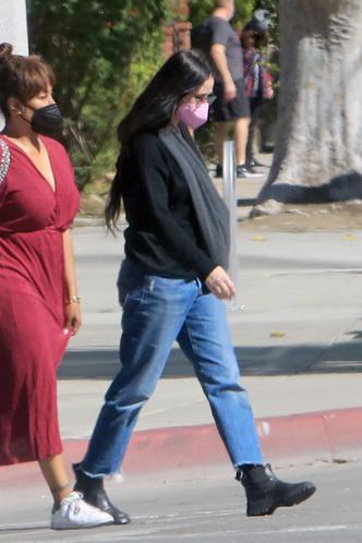 Фото №2 - Деми Мур испортила свои идеальные ноги джинсами не по размеру