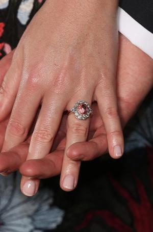 Фото №3 - Ювелирная загадка: почему помолвочные кольца Кейт и Евгении так сильно похожи