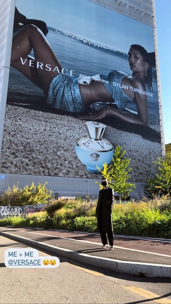 Фото №1 - Гордость или гордыня? Хейли Бибер сделала селфи на фоне рекламного щита со своей фотографией