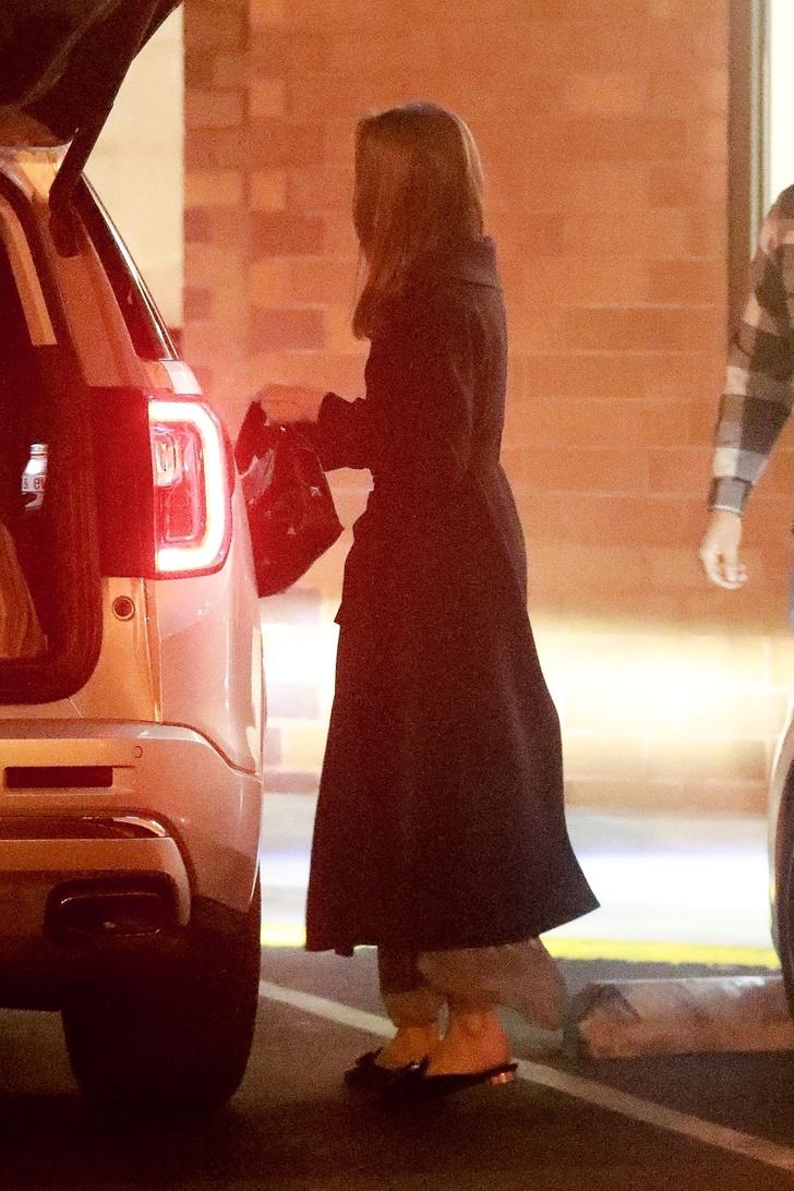 Фото №3 - Даже во время шопинга Анджелина Джоли выглядит как героиня нового фильма про шпионов