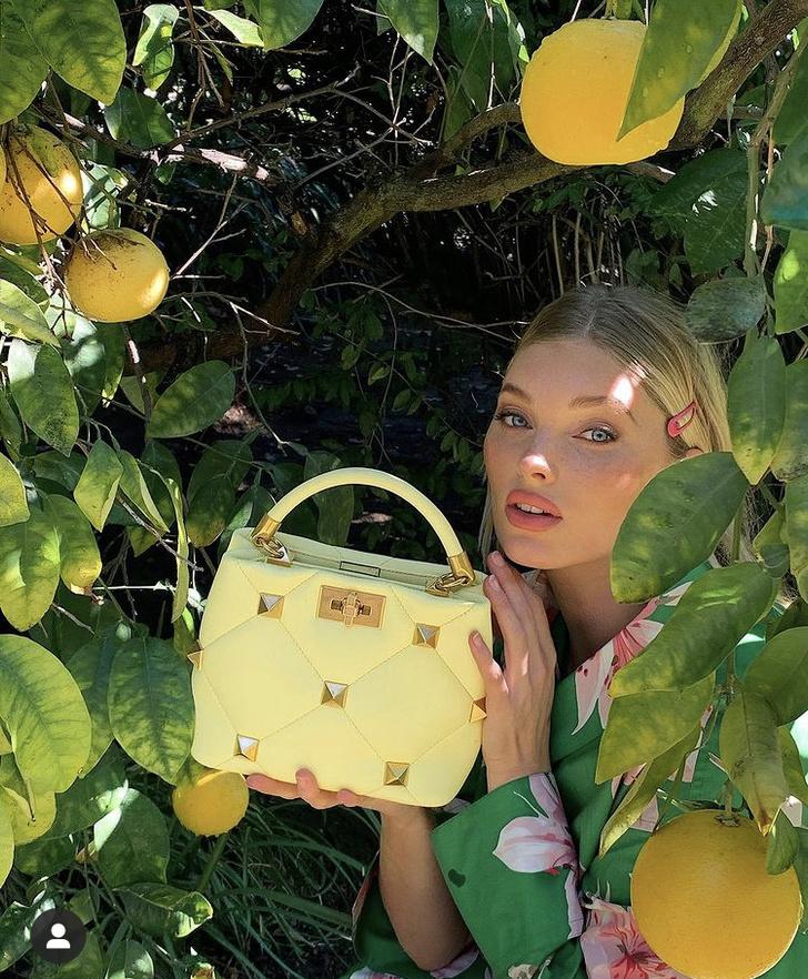 Фото №1 - Весне дорогу: Эльза Хоск показала, с какой сумкой в новом сезоне будут ходить все модели