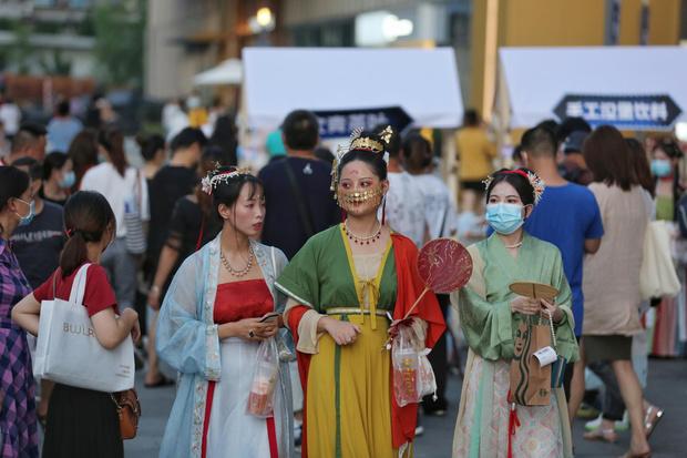 Фото №1 - «Заразный» Ухань гуляет! Почему на родине коронавируса больше никто не болеет, пока мир накрывает вторая волна пандемии
