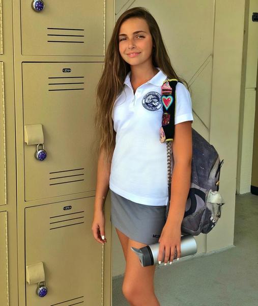 Фото №1 - 13-летняя Тоня Худякова поразила взрослым мейком с красной помадой на обычной прогулке