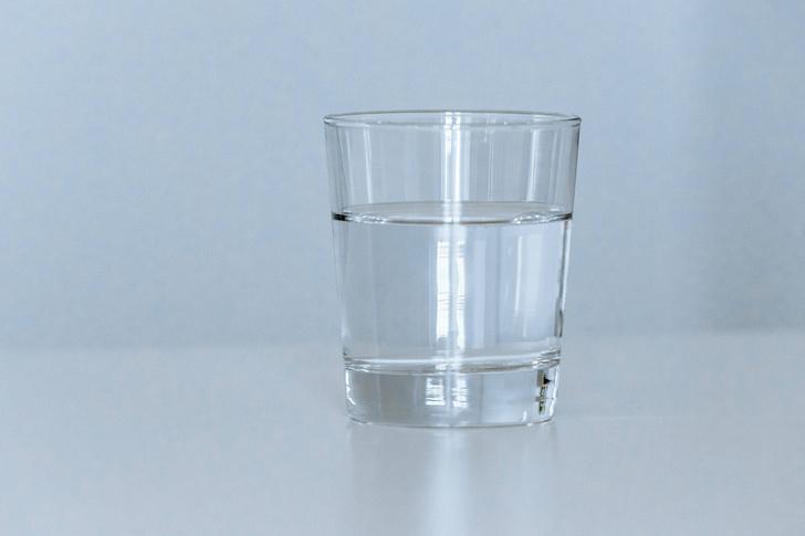 Фото №1 - Почему, когда вращаешь стакан, жидкость не  вращается?