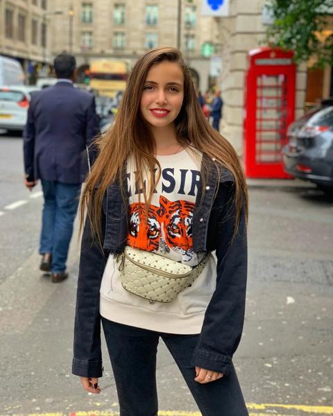 Фото №3 - 13-летняя Тоня Худякова поразила взрослым мейком с красной помадой на обычной прогулке