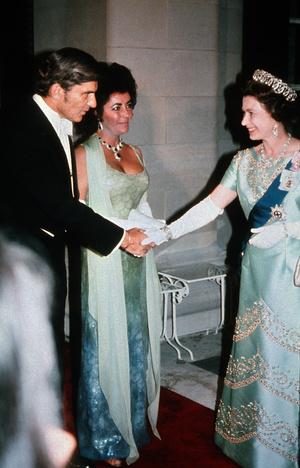 Фото №8 - Как звезды одевались на встречи с Королевой: от гламура Мэрилин Монро до латекса Леди Гаги