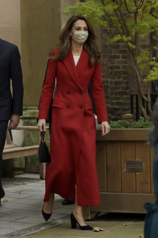 Фото №1 - Королевский выбор: Кейт Миддлтон в длинном красном пальто Alexander McQueen