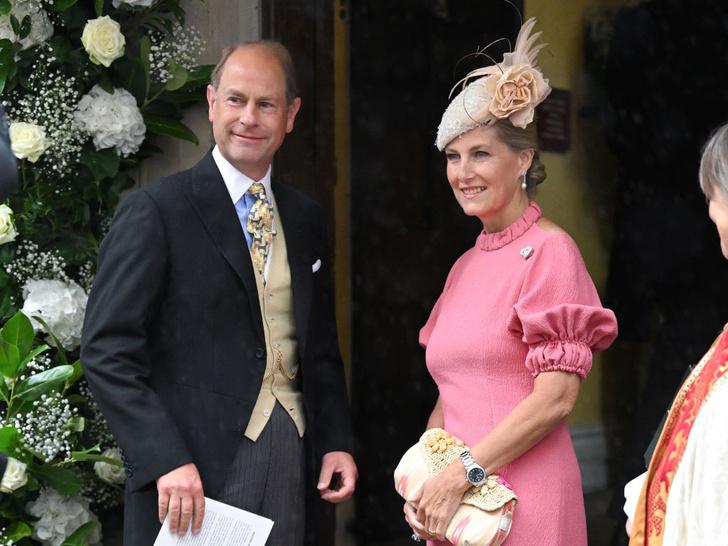 Фото №2 - Английская роза: любимая невестка Королевы впервые за долгое время вышла в свет (и ее наряд покорил всех) 